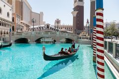 Las Vegas, Nevada, los E.E.U.U. - 1 de septiembre de 2017: Turistas que disfrutan de paseo en góndola en Grand Canal en el hotel  foto de archivo libre de regalías