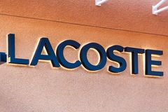 LAS VEGAS NEVADA, Sierpień, - 22nd, 2016: Lacoste logo Na sklepie Dla Obrazy Royalty Free