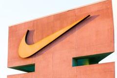LAS VEGAS NEVADA, Sierpień, - 22nd, 2016: Nike logo Na sklepu przodzie Zdjęcia Stock