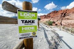 LAS VEGAS, NEVADA: Um sinal afixado pelo departamento da polícia de Las Vegas lembra visitantes travar seus veículos e fotos de stock royalty free