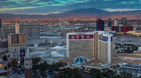 Las Vegas, Nevada/USA - März 26,2017: Sonnenaufgang auf der Sierra Nevada Mountains und den Hotels auf dem Las Vegas-Streifen Lizenzfreie Stockfotos