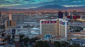 Las Vegas, Nevada/USA - 26,2017 Maart: Zonsopgang op de Siërra Nevada Mountains en de Hotels op de Strook van Las Vegas Royalty-vrije Stock Foto's