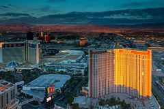 Las Vegas, Nevada/USA - Marzec 26,2017: Wschód słońca na sierra Nevada góry i hotele na Las Vegas pasku Zdjęcia Royalty Free