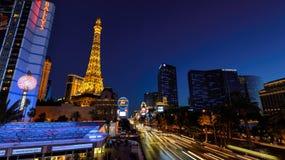 Las Vegas, NV - CIRCA MAART 2015 - Nachtillumi langs de Strook en de Toren van Eiffel in Las Vegas, Nevada, circa Maart 2015 Stock Fotografie
