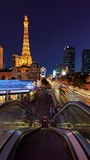 Las Vegas, NV - CIRCA MAART 2015 - Nachtscène langs de de Strook en Toren van Eiffel in Las Vegas, Nevada, circa Maart 2015 Royalty-vrije Stock Foto