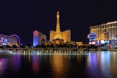 Las Vegas NV - CIRCA MARS 2015 - nattillumi längs remsan och Eiffeltorn i Las Vegas, Nevada, circa mars 2015 Arkivfoto