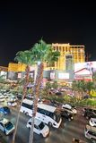 LAS VEGAS, NV - CZERWIEC 29, 2018: Samochodowy noc ruch drogowy wzd?u? pasek alei Las Vegas zna jako Sin City, miasto ?wiat?a, fotografia stock
