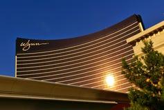 Las Vegas, NV, de V.S. - 29 Juni, 2009 - Voorgevel van Wynn-casino die op de avondzon wijzen royalty-vrije stock foto