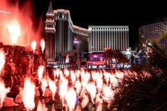 Las Vegas, NV, de V.S. 09032018: nachtmening van de Venetiaan van de Luchtspiegelingvulkaan stock foto