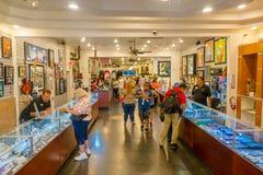 LAS VEGAS, NV - LISTOPAD 21, 2016: Niezidentyfikowani ludzie chodzi inside Gotówkowy Ameryka Zastawniczego sklepu Super znak Obrazy Royalty Free
