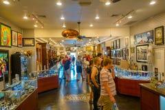 LAS VEGAS, NV - LISTOPAD 21, 2016: Niezidentyfikowani ludzie chodzi inside Gotówkowy Ameryka Zastawniczego sklepu Super znak Zdjęcia Stock