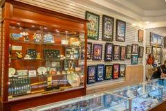 LAS VEGAS, NV - LISTOPAD 21, 2016: Niezidentyfikowani ludzie chodzi inside Gotówkowy Ameryka Zastawniczego sklepu Super znak Fotografia Royalty Free