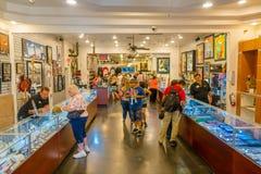 LAS VEGAS, NV - LISTOPAD 21, 2016: Niezidentyfikowani ludzie chodzi inside Gotówkowy Ameryka Zastawniczego sklepu Super znak Obraz Stock