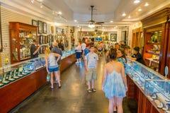LAS VEGAS, NV - LISTOPAD 21, 2016: Niezidentyfikowani ludzie chodzi inside Gotówkowy Ameryka Zastawniczego sklepu Super znak Zdjęcie Stock
