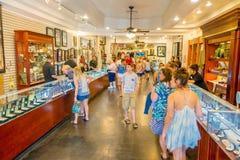 LAS VEGAS, NV - LISTOPAD 21, 2016: Niezidentyfikowani ludzie chodzi inside Gotówkowy Ameryka Zastawniczego sklepu Super znak Zdjęcia Royalty Free