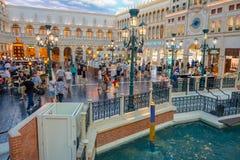LAS VEGAS NV - NOVEMBER 21, 2016: Ett oidentifierat folk som går i plazaen av den Venetian hotellkopian av en tusen dollar Arkivbild
