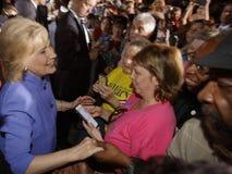 LAS VEGAS NV - OKTOBER 14, 2015: Hillary Clinton gamla U S utrikesminister och 2016 demokratiska presidentkandidat, skaka Arkivbild