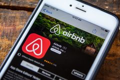 LAS VEGAS NV - September 22 2016 - AirBnb iPhone App i Apen Royaltyfria Foton
