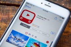 LAS VEGAS NV - September 22 2016 - YouTube lurar iPhonen App in royaltyfri foto