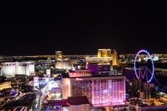 Las Vegas NV, USA 09032018: NATTsikt av remsan med historiska hotell och att inkludera som Bally ` s och hägring royaltyfri foto