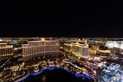 Las Vegas NV, USA 09032018: NATTsikt av remsan med historiska hotell och att inkludera som Bellagio och Caesars Palace royaltyfri bild