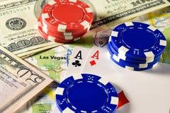 Las Vegas på översikt med pengar, pokerchiper och par av överdängare som spelar kort Royaltyfria Foton