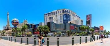Las Vegas remsa framme av det berömda hotellet Paris och hotellplaneten Hollywood i Las Vegas royaltyfria foton