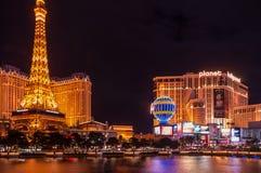 Las Vegas remsa med Paris kopior och planeten Hollywood i bakgrund Fotografering för Bildbyråer