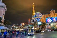 Las Vegas remsatrafik och Paris hotell & kasino vid natt royaltyfri fotografi
