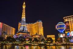 Las Vegas-Skyline und Paris-Hotel u. -kasino belichtet lizenzfreies stockbild