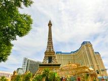 Las Vegas, Stany Zjednoczone Ameryka, Maj - 05, 2016: Repliki wieża eifla wewnątrz z jasnym niebieskim niebem obrazy stock