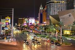 Las Vegas-Streifen-Verkehr bis zum Nacht stockfotografie