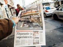 2017 Las Vegas Strip shooting het laatste nieuws newspaper. PARIS, FRANCE - OCT 3, 2017: Man buying De Telegraaf newspaper with socking title and photo at press Stock Image