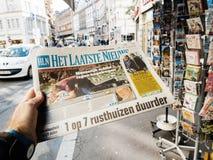 2017 Las Vegas Strip shooting het laatste nieuws newspaper. PARIS, FRANCE - OCT 3, 2017: Man buying het laatste nieuws newspaper with socking title and photo at Stock Image