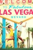 Las Vegas tecken - lyckligt hoppa för folk Arkivfoto