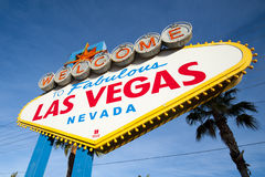 Las Vegas tecken med den klara blåa skyen Royaltyfri Fotografi