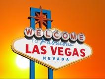 Las Vegas tecken med solnedgånghimmel Arkivbild