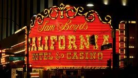 Las Vegas, U.S.A.-novembre 07,2017: Insegna al neon luminosa del casinò dell'hotel di California stock footage