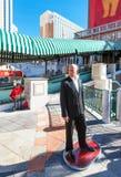 LAS VEGAS USA - JANUARI 31, 2018: Sikt av statyn av skådespelaren Bruce Willis utomhus skjutit selektivt för fokus vertikalt royaltyfri bild
