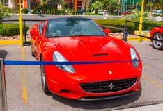 Las Vegas, usa - Maj 05, 2016: Luksusowi i Kolorowi samochody dla Czynszowego czekania w parking supermarket Obraz Royalty Free