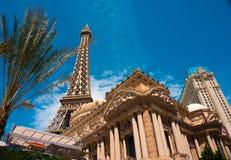 LAS VEGAS, usa - MAJ 04, 2016: Repliki wieża eifla w Las Vegas z jasnym niebieskim niebem Zdjęcie Royalty Free