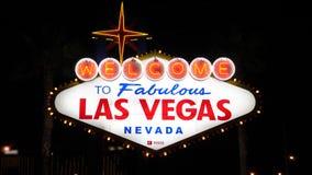 Las Vegas, USA-November 07,2017: Willkommen zur Las Vegas-Zeichen-Beleuchtung nachts stock footage