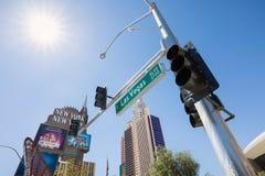 Las Vegas vägmärke med det New York hotellet och kasinot i bakgrund Royaltyfria Bilder