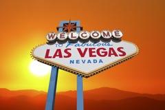 Las Vegas välkommet tecken med ökensolnedgång Royaltyfri Bild