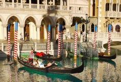 Las Vegas Venetian gondoler, turist- dragningar royaltyfri foto