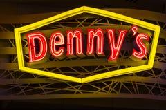 Las Vegas - vers en juillet 2017 : Logo et signage au néon du café d'un Denny Denny est le wagon-restaurant de l'Amérique VII photo libre de droits