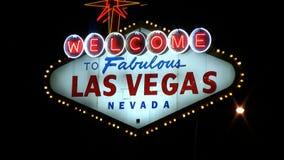 Las Vegas-Willkommensschild mit Verkehr stock footage