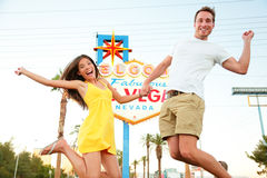 Las Vegas-Zeichen - Springen des glücklichen Paars Stockfotos