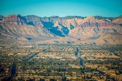 Las- Vegasstadt umgeben durch rote Felsenberge und Tal von FI lizenzfreie stockfotografie