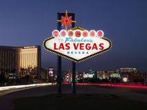 Las- Vegaswillkommenes Zeichen an der Dämmerung Stockfotos